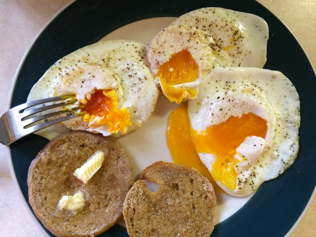 showing how sunny side up eggs only need to stay flipped for a very short time